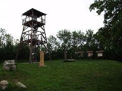 1.7.2009 Rozhledna Barborka a okolí se sochami a informačními tabulemi [autor: Pavel Vondrášek]