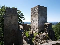 13.6.2009 Věž s částí hradu od vchodu do druhé věže [autor: Pavel Vondrášek]