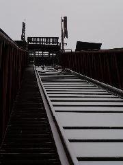 12.12.2009 Rozjezdová dráha na skokanském můstku - pohled k vyhlídkové plošině [autor: Pavel Vondrášek]