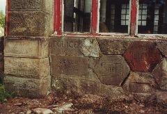 Základní kameny s názvy obcí, které přispěly na stavbu chata [autor: Pavel Vondrášek]