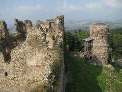 21.9.2009 Výhled z rozhledny na druhou věž a hradní zříceninu [autor: Eva Vondrášková]