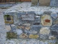 13.11.2009 Základní kameny rozhledny se štítky dárců [autor: Hana Květoňová]