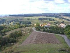 15.9.2007 Výhled z rozhledny na část obce Karasín a přístupovou cestu k rozhledně [autor: Radek Ševčík]