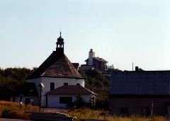 Restaurace s rozhlednou a kaple na Komáří vížce od parkoviště [autor: Eva Vondrášková st.]