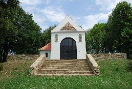 4.7.2012 Kaple sv. Rocha z konce 17.stol. stojící poblíž rozhledny. [autor: Petr Kohl]