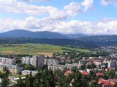 6.8.2005 Výhled z rozhledny na část Trutnova, v pozadí Černá hora, Světlá, Sněžka a Rýchory v Krkonoších [autor: Pavel Vondrášek]