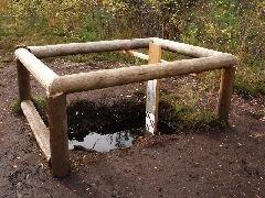 6.10.2012 Měření hladiny spodní vody a mocnosti rašeliny pod rozhlednou  [autor: Pavel Vondrášek]