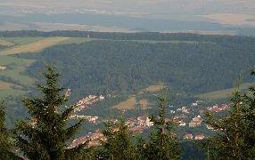 7.7.2012 Výhled na obec Březová a rozhlednu U Křížku. [autor: Petr Kohl]