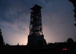 6.7.2012 Rozhledna Velký Lopeník v noci za bouřky [autor: Petr Kohl]